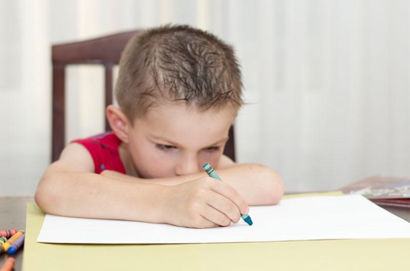 Gutt 5 år som tegner og ser sur ut