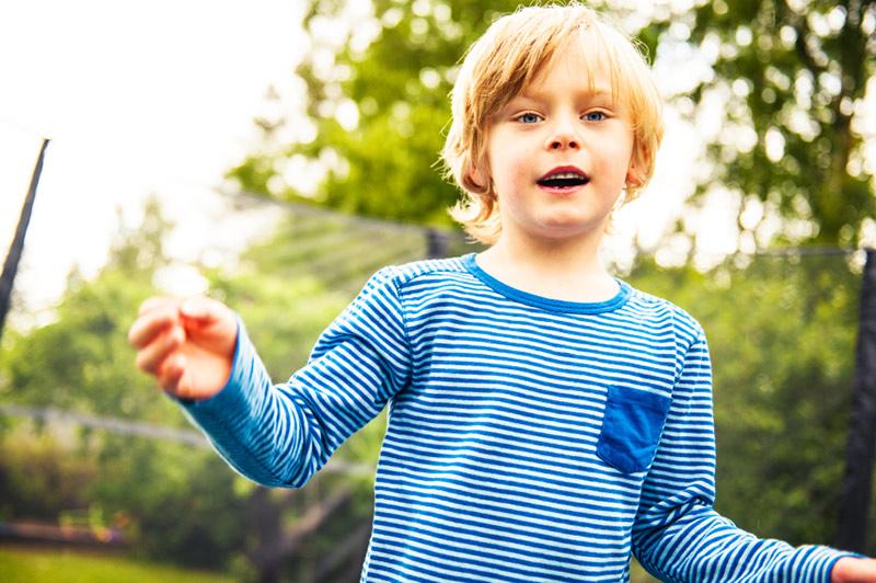 Gutt 6 år på trampoline