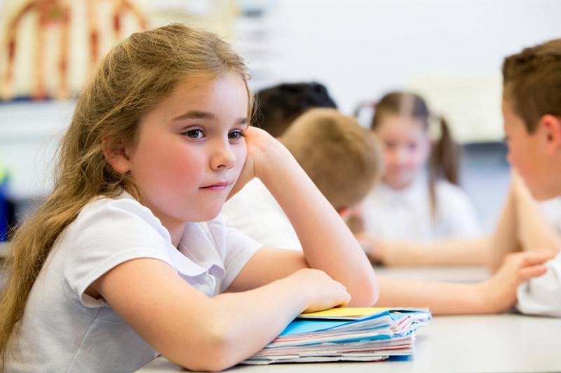 Jente 7 år ser lei seg ut og har problemer på skolen