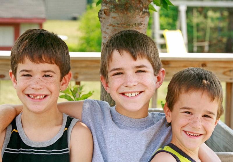 3 brødre smiler