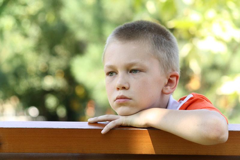 Tankefull gutt på benk