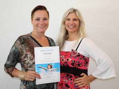 Linda Søpler og Birgit Semundseth smiler og holder kurslederdiplom