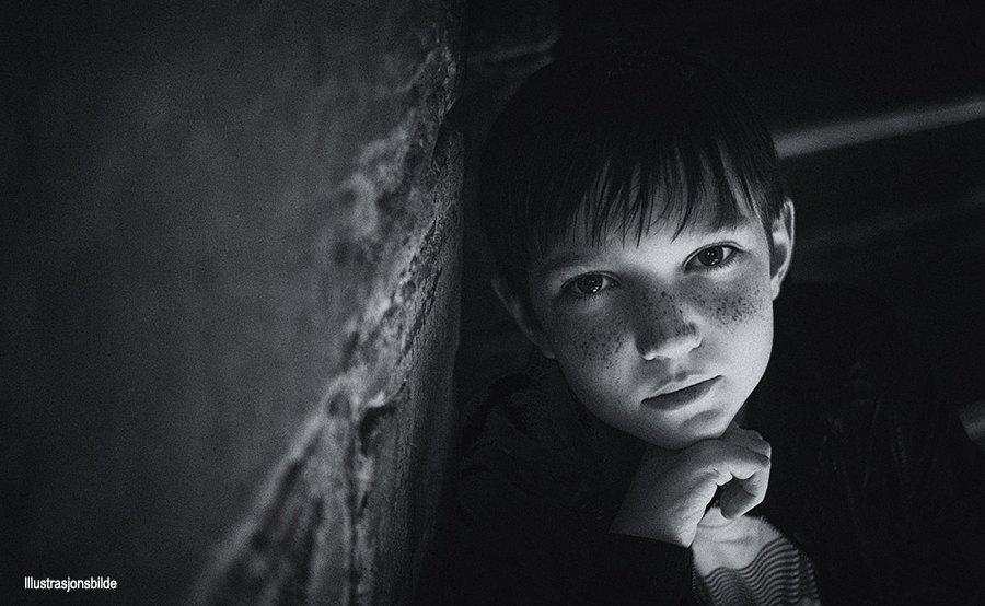Alvorlig gutt i sorthvitt bilde