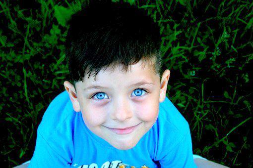 Illustrasjonsfoto av gutt med blå øyne