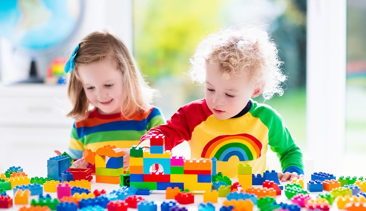 Barn bygger lego