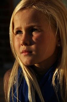 Jente 7 år ser alvorlig ut