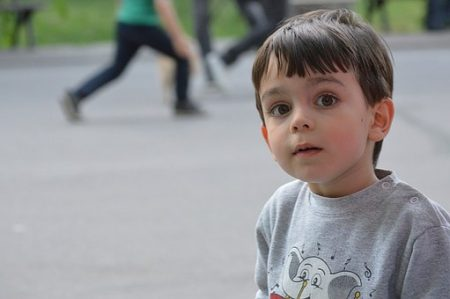 Gutt alene i skolegården