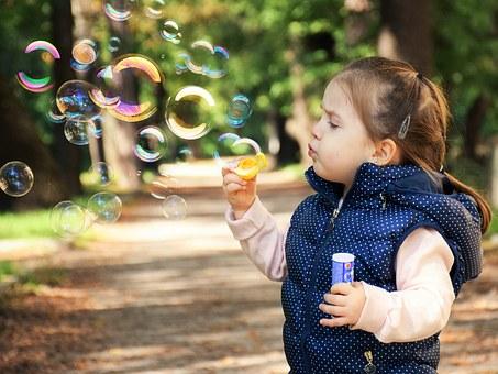 Alvorlig barn blåser såpebobler