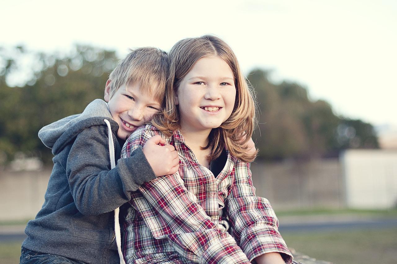 Bror klemmer storesøsteren sin