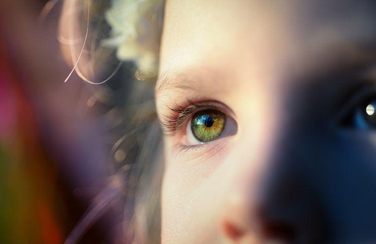 Alvorlig jente øye