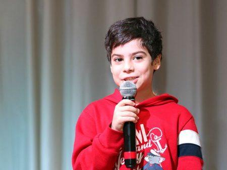 Gutt prater i mikrofon