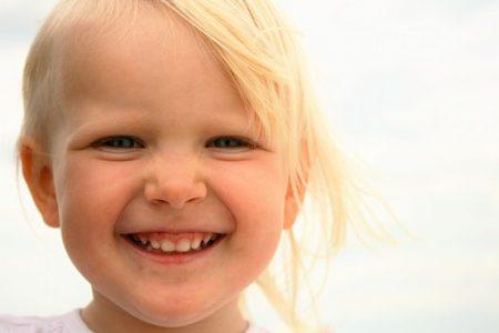 Liten jente smiler