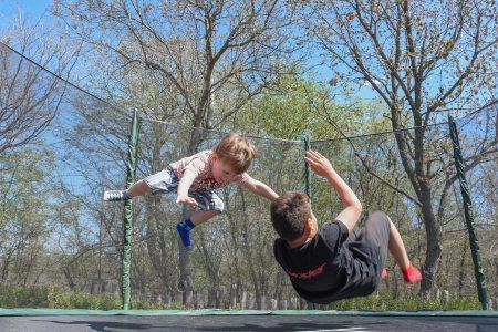 To gutter hopper på trampolinen
