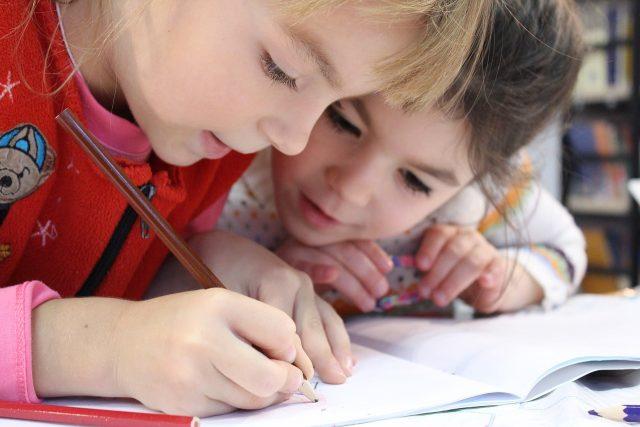 To jenter, gjør lekser sammen