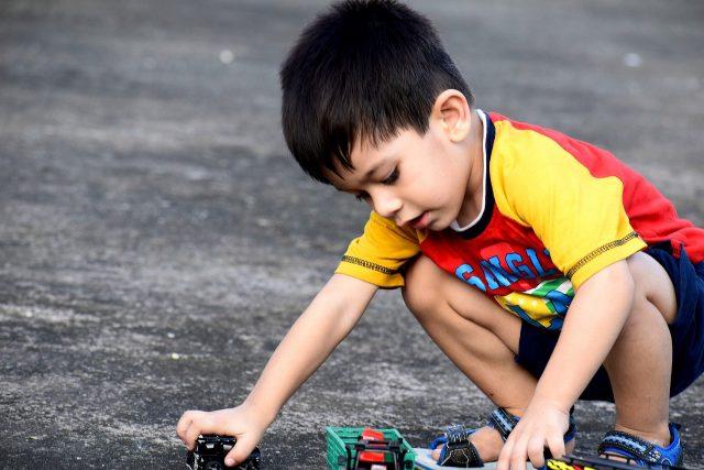 Gutt leker med biler