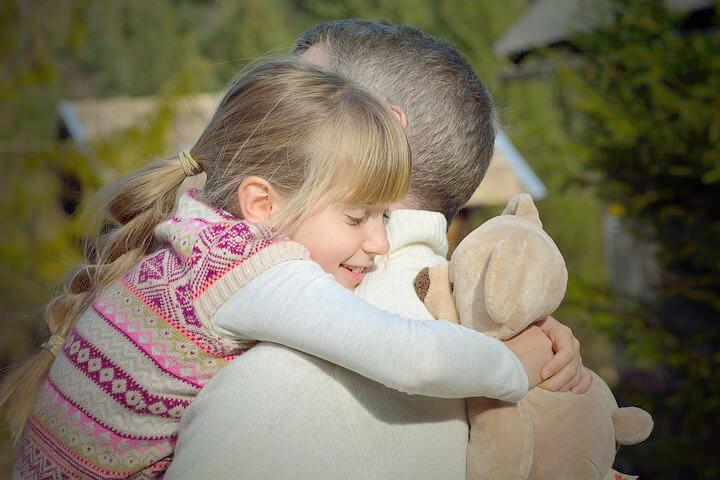 Far og datter klemmer