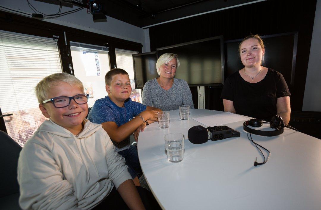 Bilde av to elever, lærer og podcast-reporter