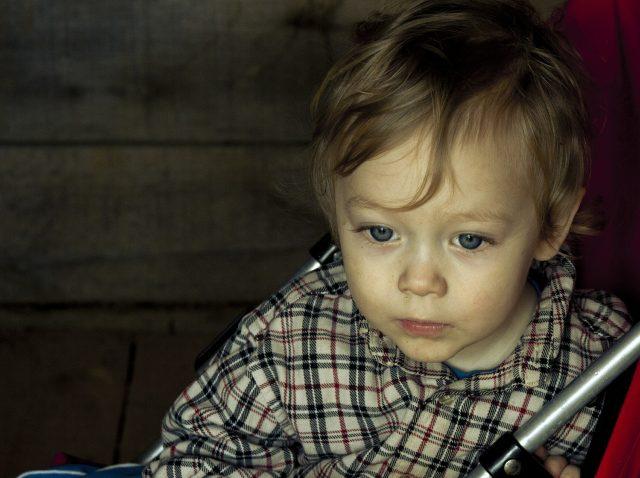Alvorlig gutt på 3 år ser ned.