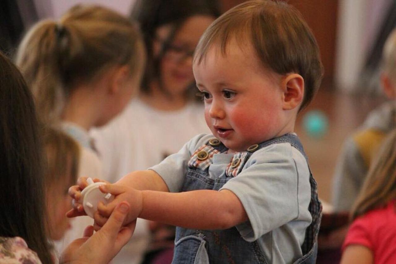 Gutt gir leke til barnehagepersonell