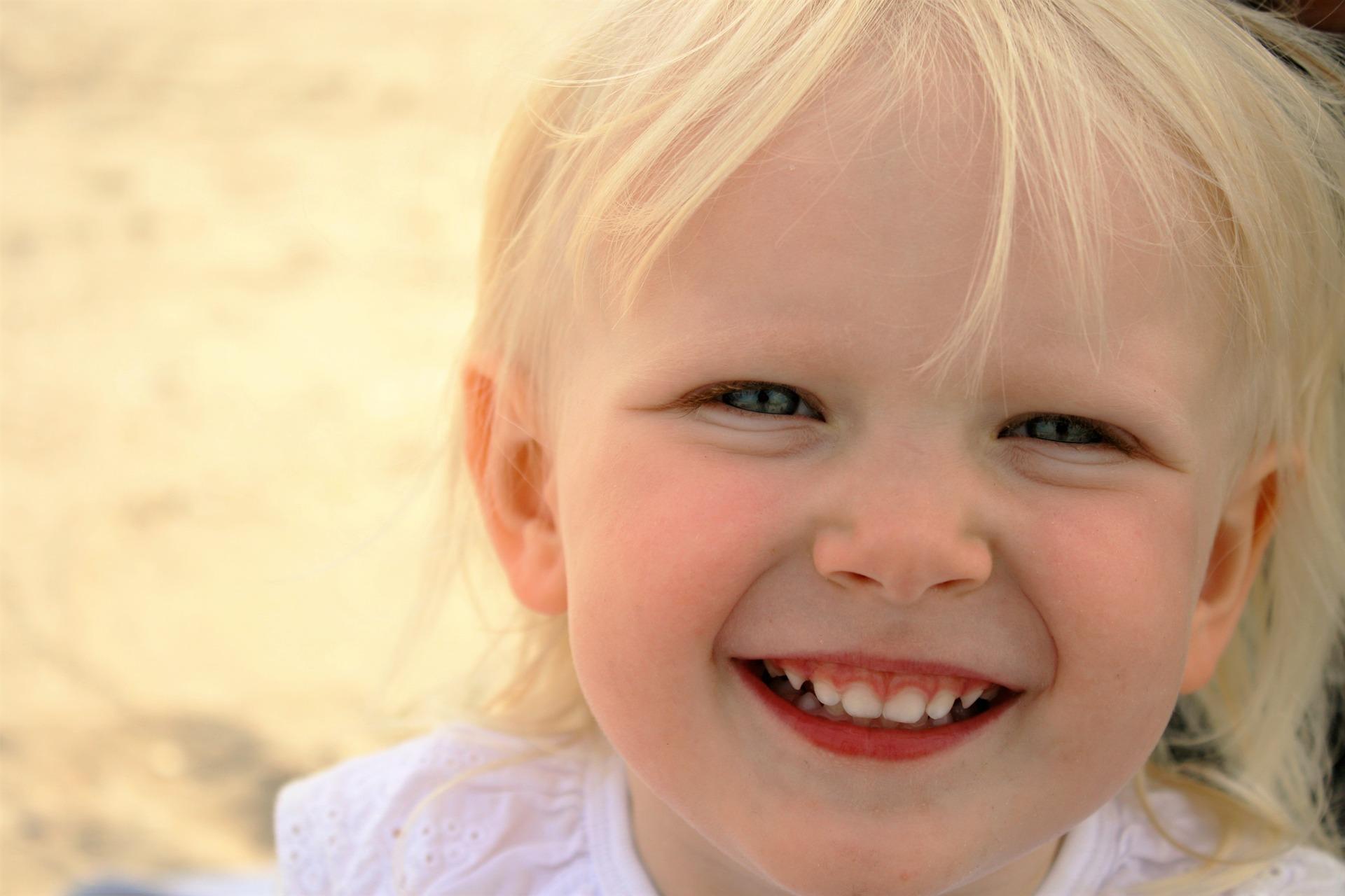 Jente 6 år stråler til kamera