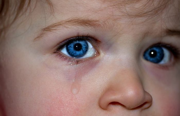 To blå øyne til en liten jente, som gråter