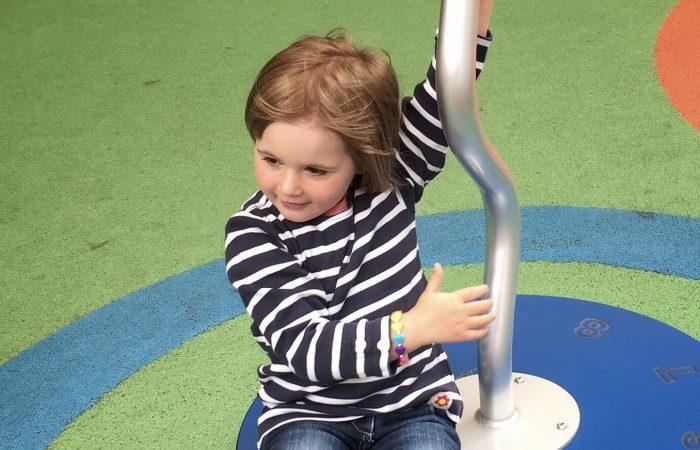 Jente alene på lekeplass